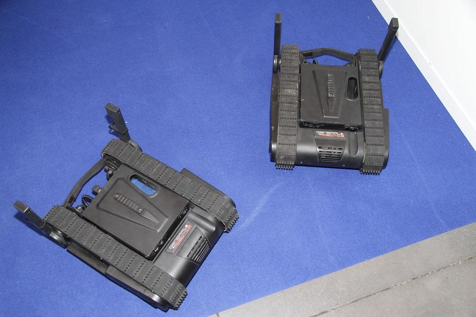 Мини-робот на гусеничном шасси Dogo был показан израильской компанией General Robotics Ltd. Любопытно, что помимо наблюдения, он может также оказывать силовое воздействие, для чего в корпус аппарата интегрируется пистолет Glock 26 калибра 9 мм. Ришон ле-Цион (Израиль), 18.09.2017.