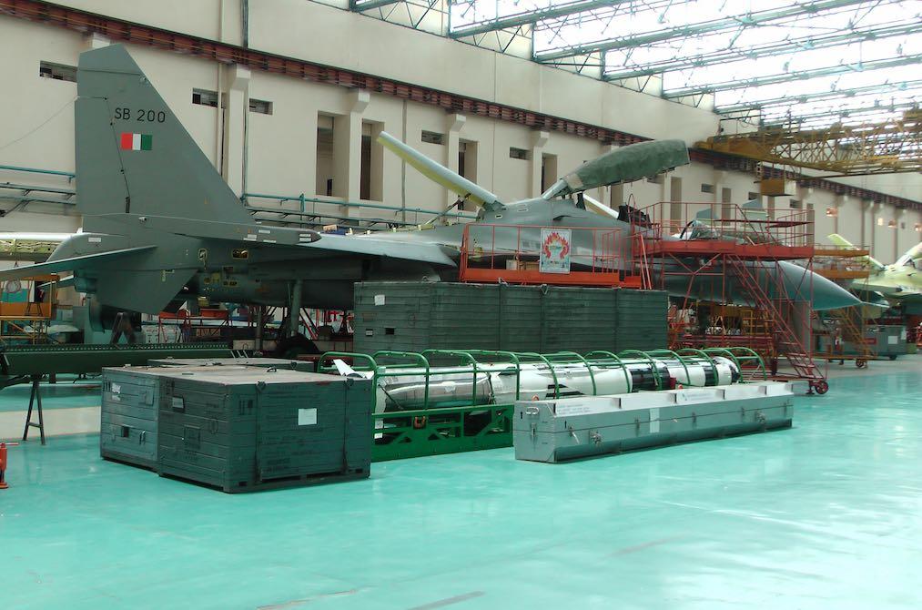 Доработка истребителя Су-30МКИ ВВС Индии (индийский номер SB200) в носитель сверхзвуковой ракеты BrahMos A (ракета на переднем плане) на предприятии в Насике индийского государственного авиастроительного объединения Hindustan Aeronautics Limited (HAL), 2016 год.