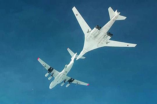 Дозаправка стратегического ракетоносца Ту-160 в небе.