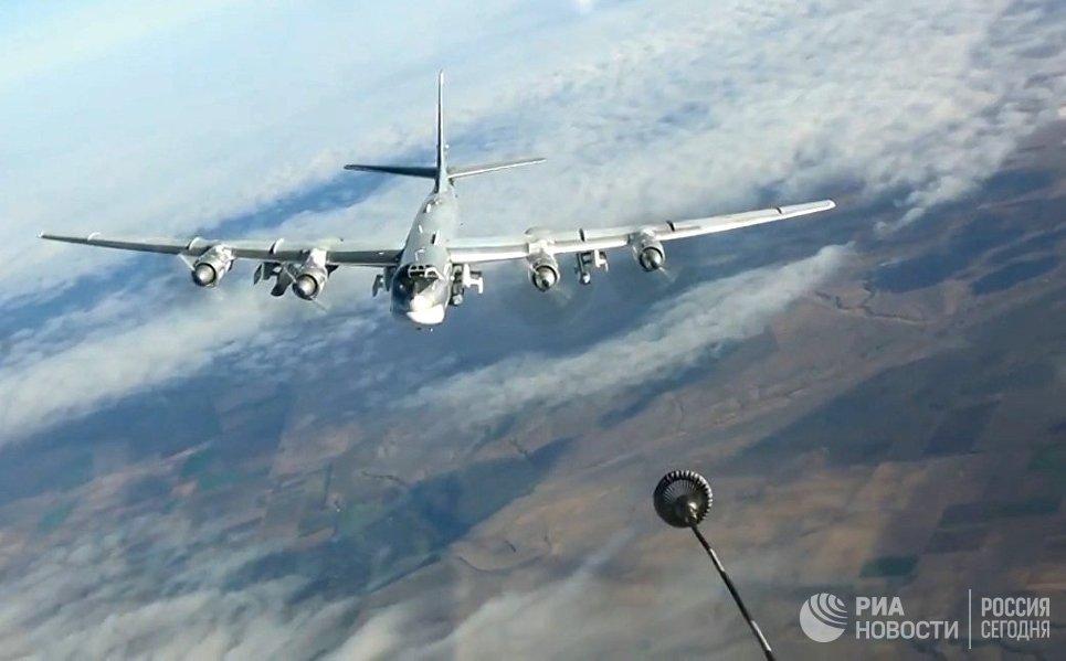 Дозаправка в воздухе стратегического бомбардировщика-ракетоносца Ту-95МС во время выполнения боевой задачи по нанесению ударов крылатыми ракетами Х-101 по объектам террористов в Сирии.
