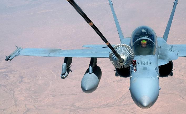 Дозаправка американского истребителя-бомбардировщика F-18.