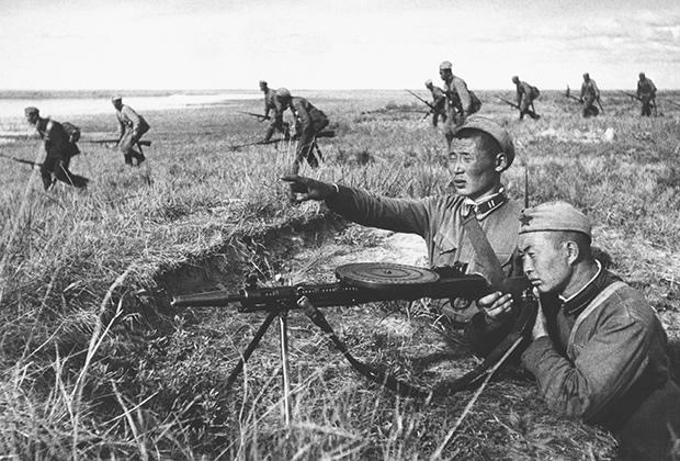 Монгольские солдаты с пулеметом ДП-27.