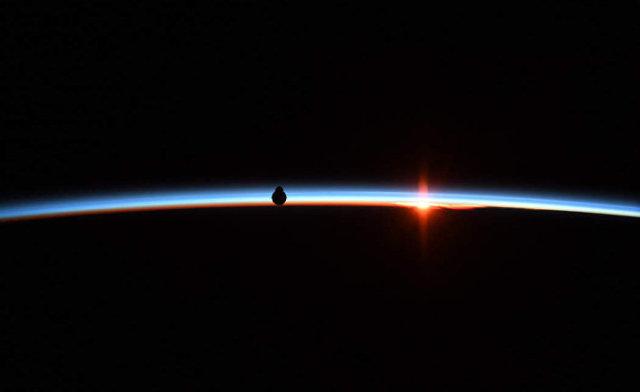 «Дракон» приближается к космической станци