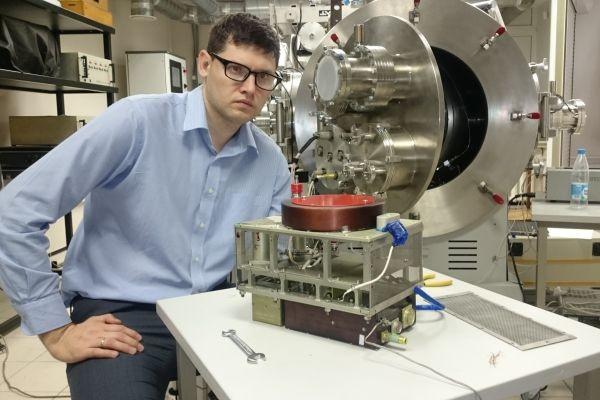 Сотрудник КБХА Павел Дронов с установкой у испытательного стенда.