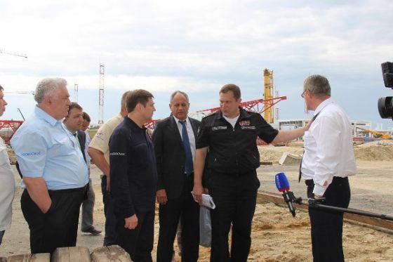 Олег Остапенко и Александр Загорулько оценивают ход строительства космодрома «Восточный»