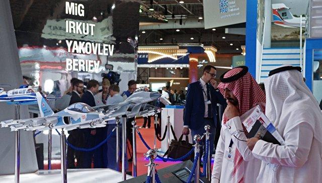 Посетители осматривают модели самолетов на стенде Российской Федерации на Международной авиационно-космической выставке Dubai Airshow 2017.