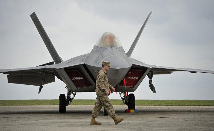 """Два истребителя ВВС США F-22 """"Раптор"""" прибыли на авиабазу """"Михаил Когэлничану"""" в Румынии."""