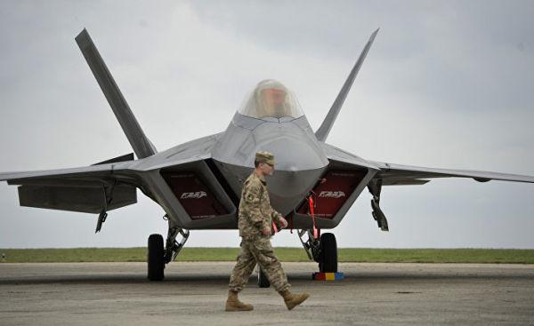 """Два истребителя ВВС США F-22 """"Раптор"""" прибыли на авиабазу """"Михаил Когэлничану"""" в Румынии"""