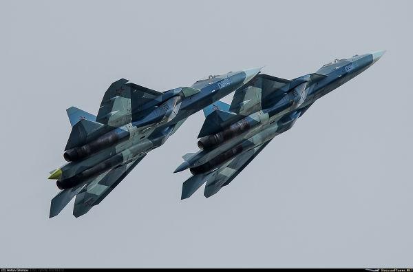 """Два первых опытных образца российского истребителя пятого поколения Су-57 по программе ПАК ФА - самолеты Т-50-1 (бортовой номер """"051"""") и Т-50-2 (борто"""
