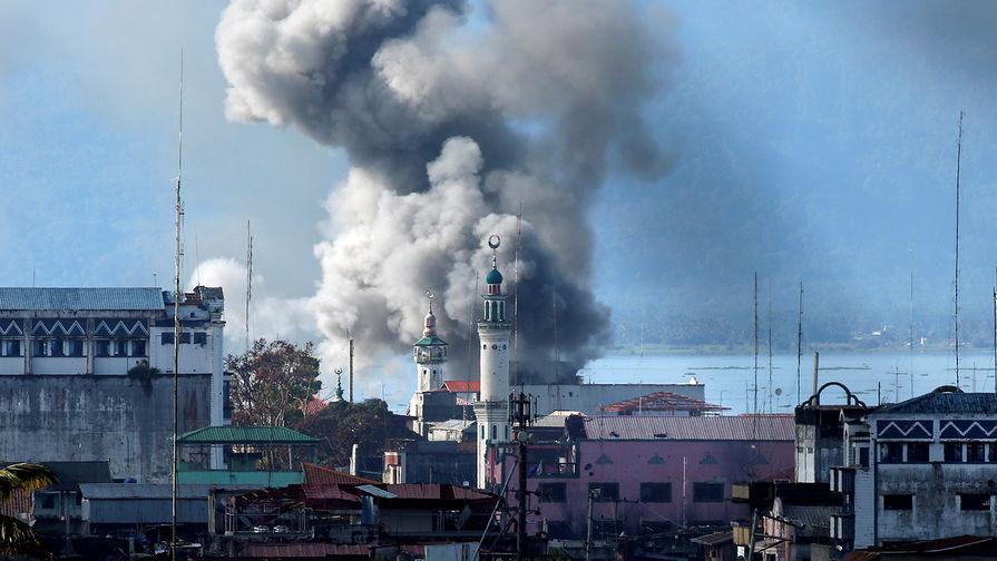 """Дым после авиаудара армии Филиппин во время боев с исламистами группировки """"Маут"""", 27 июня 2017 года."""