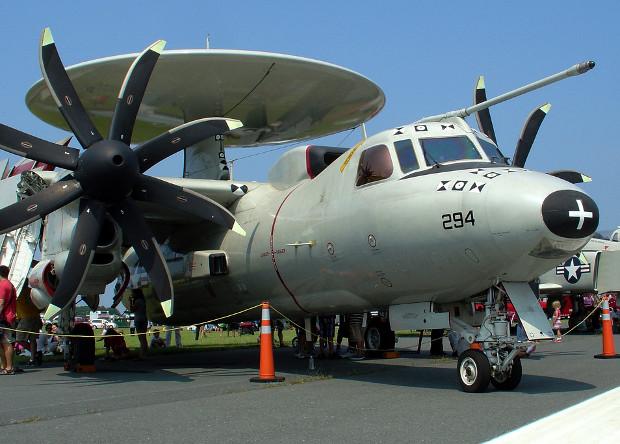 Самолет дальнего радиолокационного обнаружения E-2D Advanced Hawkeye с штангой дозаправки.