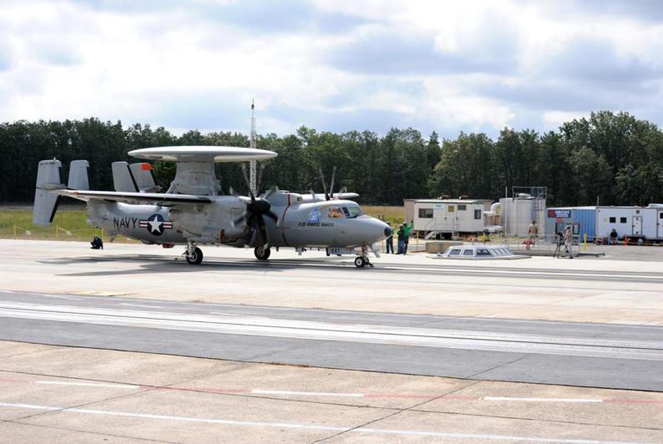 Самолет дальнего радиолокационного обнаружения E-2D Advanced Hawkeye.