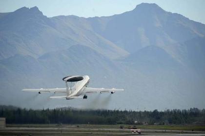 Самолет дальнего радиолокационного обнаружения и управления E-3A Sentry.