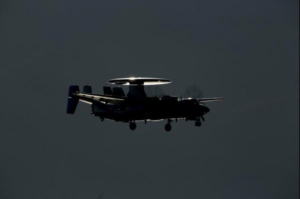 Палубный самолет ДРЛО E-2D Advance Hawkeye выполняет ночной полет.