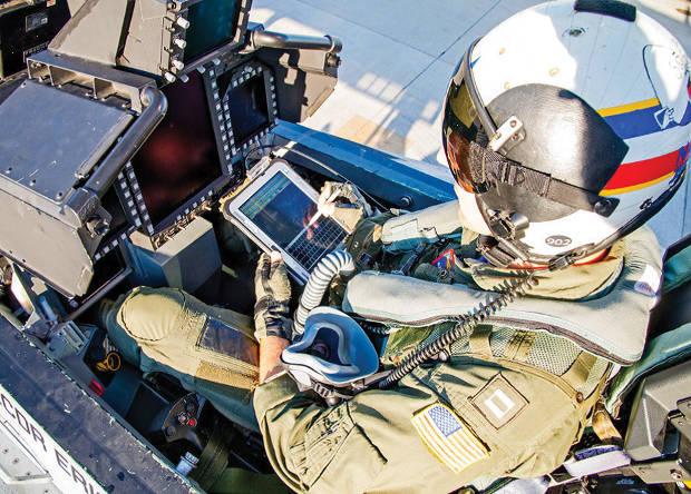 Оператор EA-18G с планшетом.