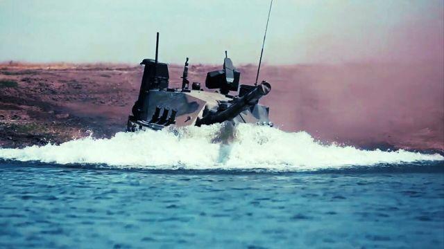 """Единственный в мире легкий плавающий танк """"Спрут-СДМ1"""" во время испытаний в акватории Черного моря. Кадр видео"""