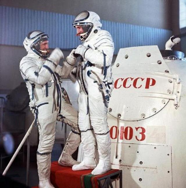"""Экипаж корабля """"Союз-21"""" на тренировке: Борис Волынов и Виталий Жолобов."""