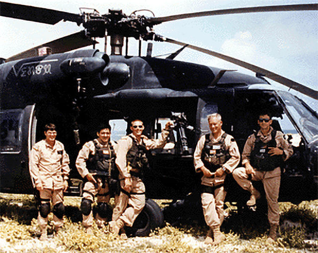 """Экипаж вертолета 2-й десантной подгруппы (""""Супер-64"""") у своей машины"""