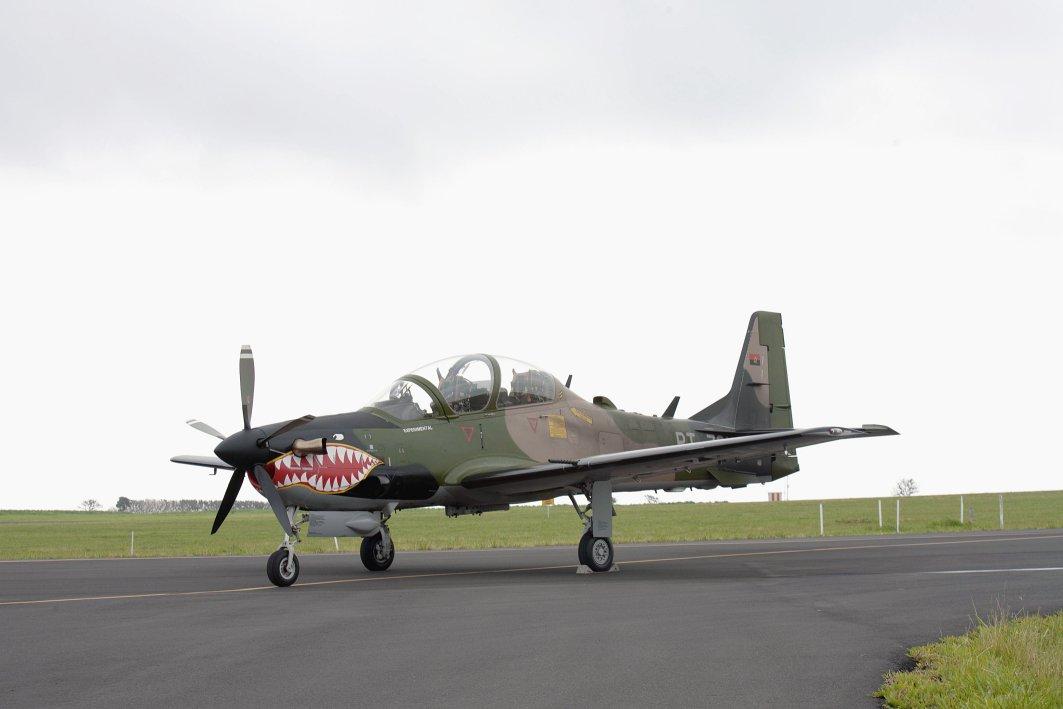Один из трех первых изготовленных для ВВС Анголы турбовинтовых учебно-боевых самолетов Embraer EMB-314 (A-29) Super Tucano. Январь 2013 года.