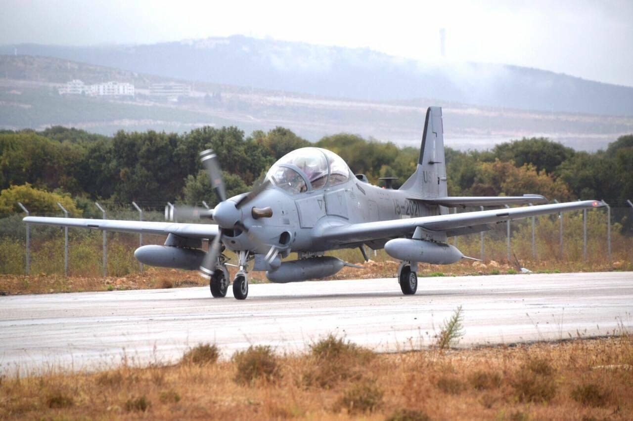Первые два турбовинтовых учебно-боевых самолета (легких штурмовика) Embraer EMB-314 (A-29) Super Tucano, поставленные ВВС Ливана из США (бортовые номера ВВС США 15-2021 и 15-2022). Хамат (Ливан), 09.10.2017.