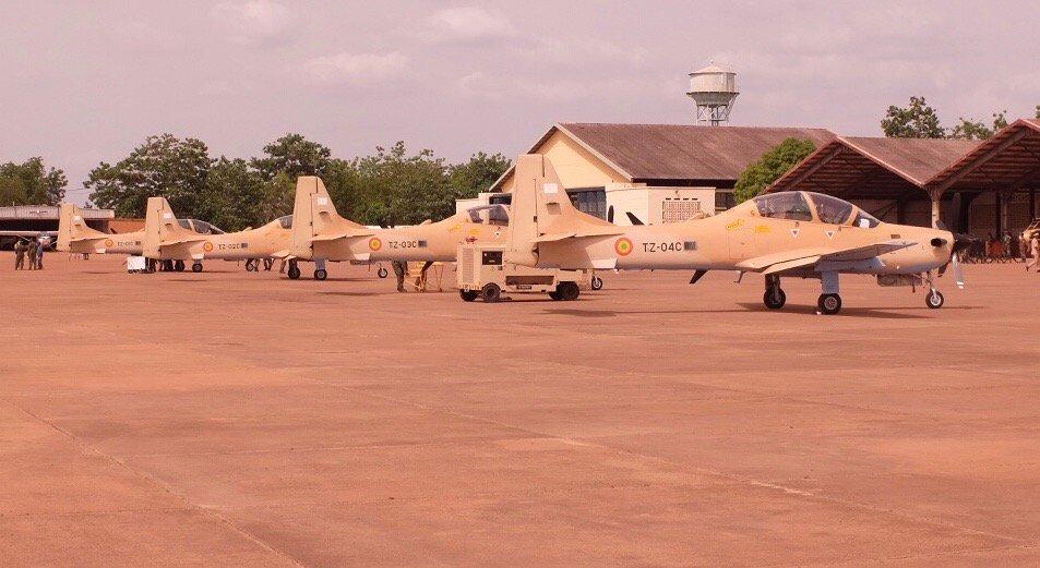 Четыре полученных ВВС Мали турбовинтовых учебно-боевых самолета (легких штурмовика) Embraer EMB-314 (А-29) Super Tucano (малийские регистрационные номера с TZ-01C по TZ-04C).Бамако (Мали), 11.07.2018.