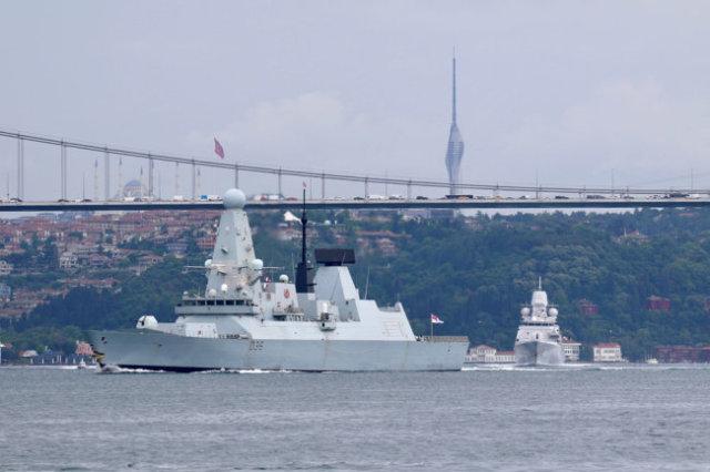 Эсминец ВМС Великобритании Defender проходит через Босфор в Черное море. Великобритания не признает территориальные воды вокруг Крыма российскими. Вскоре придется признать.