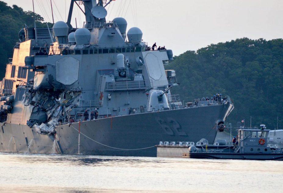 Эсминец USS Fitzgerald после столкновения с контейнеровозом.