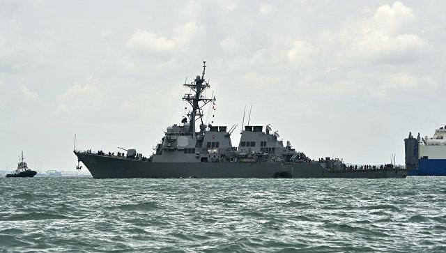 Эсминец ВМС США Джон Маккейн после столкновения с торговым судном. Архивное фото.