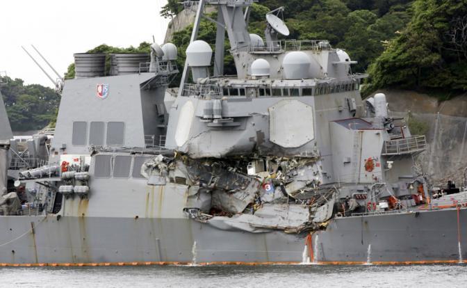 Эсминец США «Фицджеральд» после столкновения с контейнеровозом ACX Crystal.