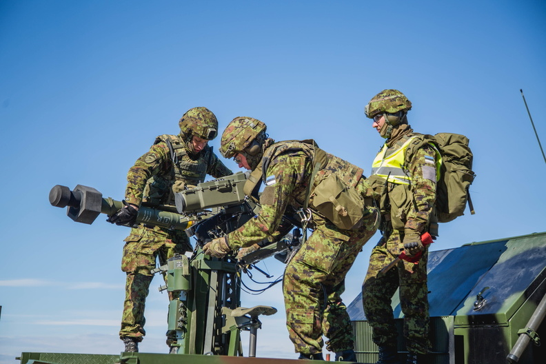 Эстонские военнослужащие с переносным зенитным ракетным комплексом MBDA Mistral с зенитной управляемой ракетой Mistral 3 во время совместных эстонско-бельгийских учений, 11.05.2017.