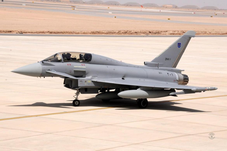 """Один из двух первых полученных ВВС Омана истребителей Eurofighter Typhoon - двухместный самолет с бортовым номером """"201"""" (серийный номер NT002, временный британский военный номер ZR411). Адама (Оман), 21.06.2017."""
