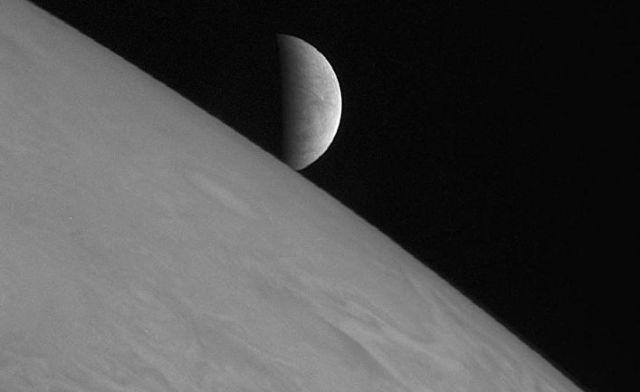 """Европа над Юпитером, фотография сделана камерой LORRI космической станции """"Новые горизонты"""""""