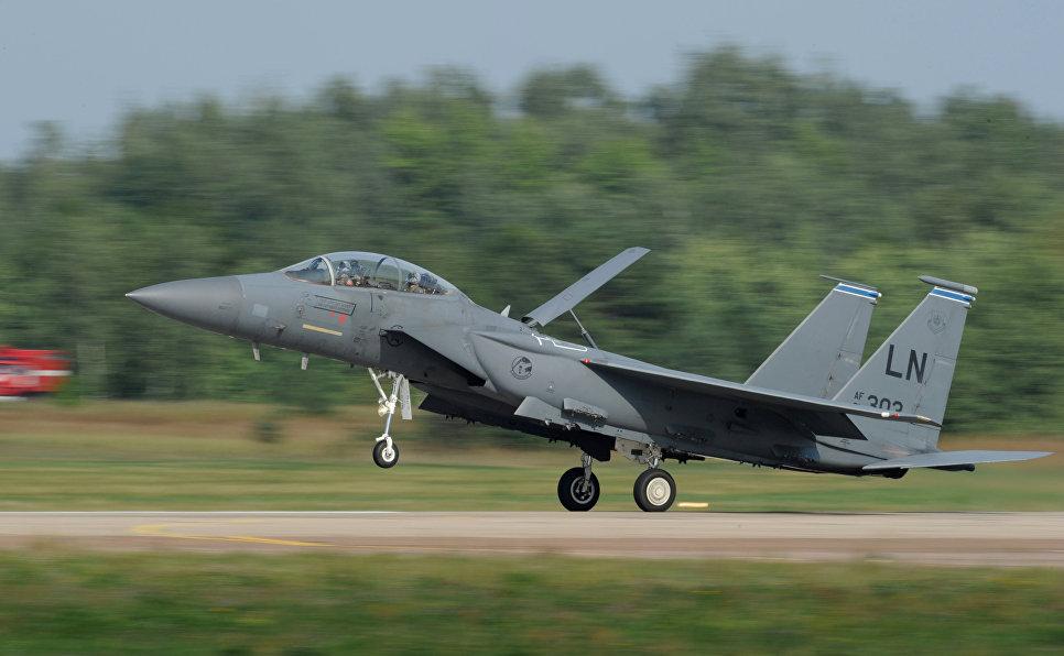 Американский всепогодный тактический истребитель McDonnell Douglas F-15 Eagle.