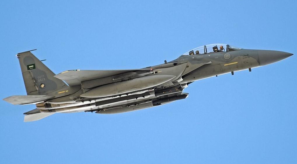 Многофункциональный истребитель Boeing F-15S Eagle (бортовой номер 5513) ВВС Саудовской Аравии, несущий южнокорейские управляемые авиационные бомбы KGGB.