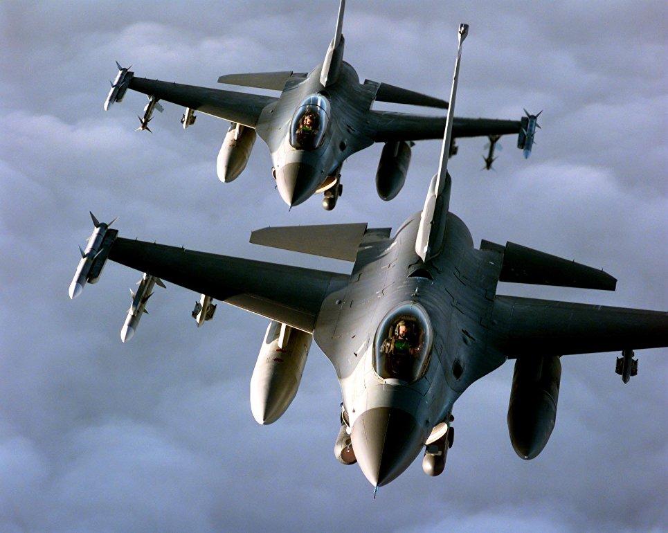 Пара американских истребителей F-16