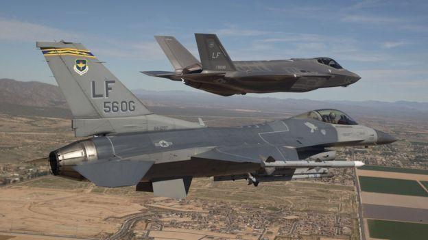 Самолеты F-16 (на переднем плане) и F-35 (на заднем плане)