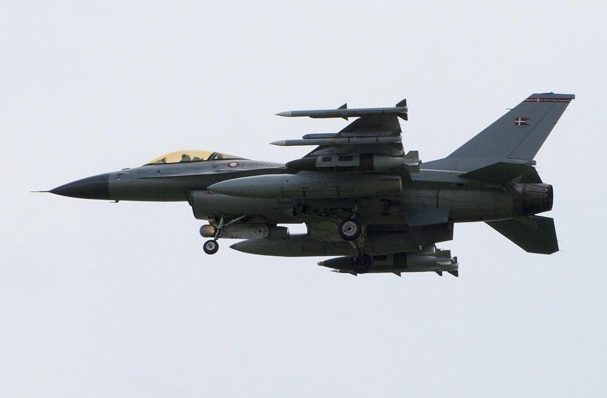 Истребитель F-16D.