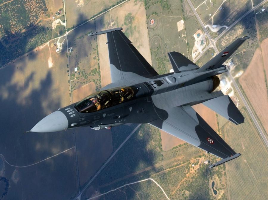 Первый построенный для Ирака истребитель Lockheed Martin F-16IQ - самолет F-16D Block 52+ (иракский бортовой номер IAF-1601, серийный номер RB-01) в первом полете. 02.05.2014