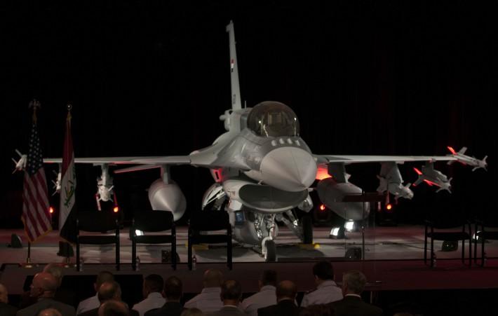 Первый истребитель Lockheed Martin F-16IQ - двухместный F-16D Block 52+ (иракский бортовой номер IAF-1601, серийный номер RB-01) - на церемонии официальной передачи ВВС Ирака на заводе Lockheed Martin. Форт-Уорт, 05.06.2014