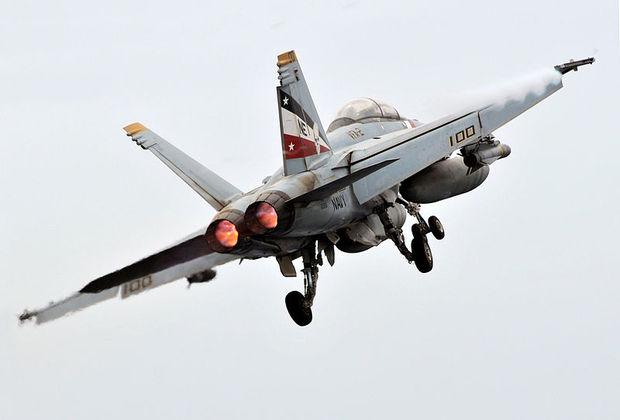 Взлетающий с авианосца истребитель-бомбардировщик F-18/A-F