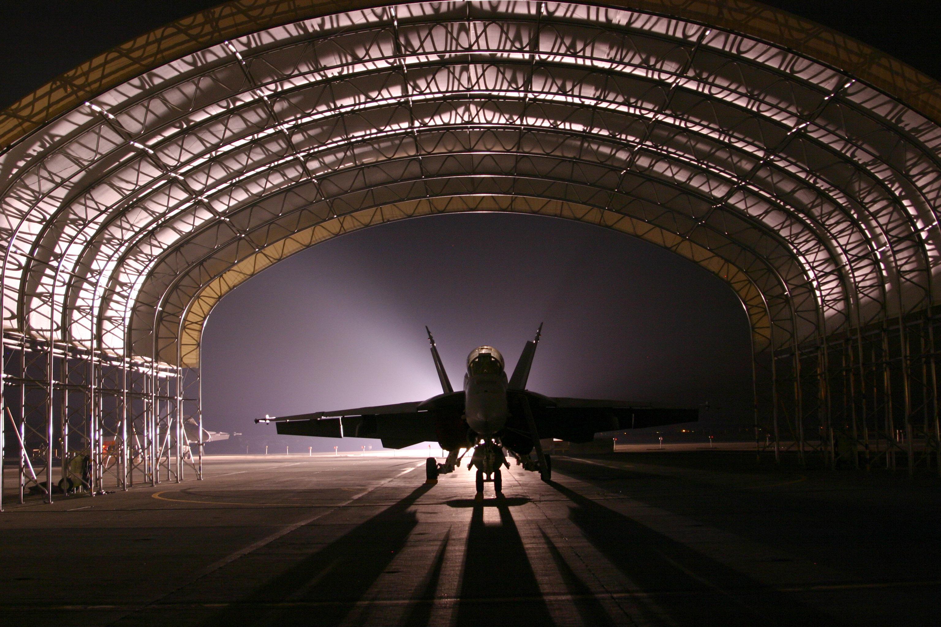Палубный истребитель-бомбардировщик F/A-18F входящий в состав Flying Eagles эскадрильи ударных истребителей One Two Two (VFA-122), стоит в ангаре военно-морской базы (NAS) Lemoore, Калифорния. Декабрь 2005 года. (Фото: ВМС США).