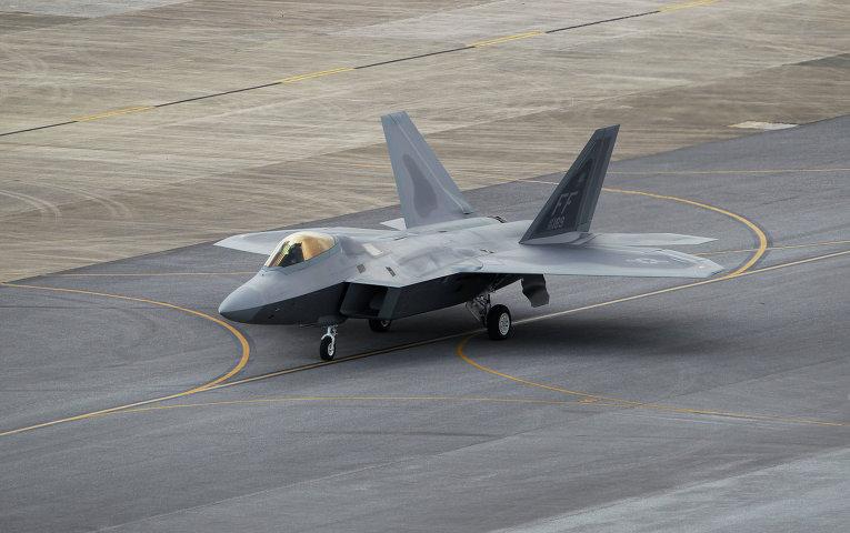Истребитель ВВС США F-22 на авиабазе Окинавы.