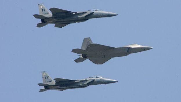 Истребитель F-22 (в центре между двумя F-15).