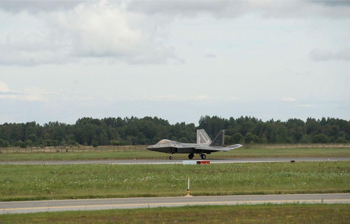 Истребитель F-22 Военно-воздушных сил США на базе Эмари в Эстонии.