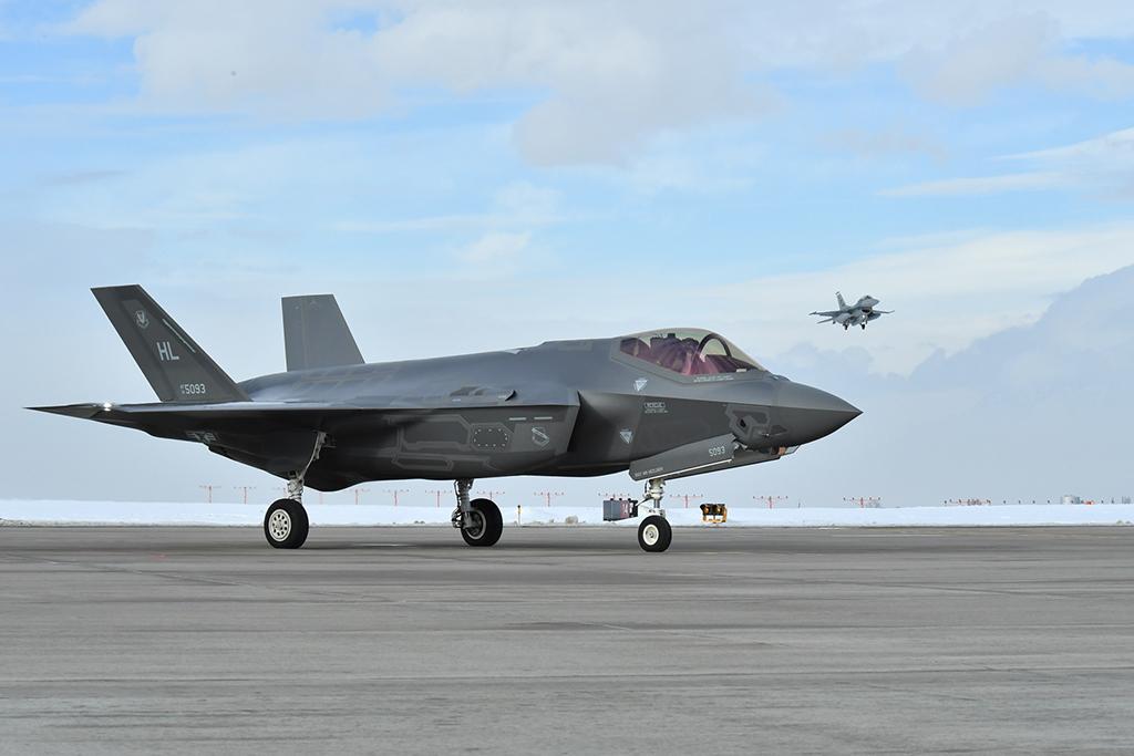 """Истребители пятого поколения Lockheed Martin F-35A Lightning II ВВС США в ходе подготовки к учениям ВВС США """"Red Flag 17-01"""". Неллис (Невада), 20.01.2017."""