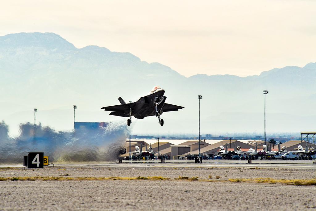 """Истребитель пятого поколения Lockheed Martin F-35A Lightning II ВВС США в ходе учений ВВС США """"Red Flag 17-01"""" взлетает с авиабазы Неллис (Невада), 02.02.2017."""