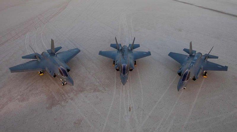 Все три версии F-35 на базе ВВС Эдвардс, штат Калифорния. Слева направо: палубная версия F-35C, версия укороченного взлета / вертикальной посадки F-35B, версия обычного взлета и посадки F-35A
