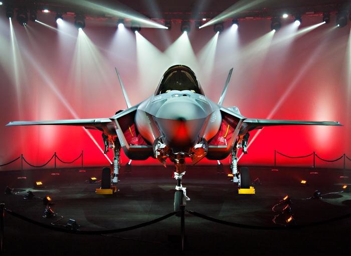 Первый построенный для Японии истребитель Lockheed Martin F-35А Lightning II (серийный номер AХ-1, японский бортовой номер 69-8701) на церемониии официальной выкатки и передачи Силам самообороны Японии на предприятии корпорации Lockheed Martin в Форт-Уорт. 23.09.2016.