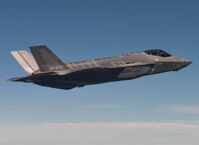 Первый построенный для Японии истребитель Lockheed Martin F-35А Lightning II (серийный номер AХ-1, японский бортовой номер 69-8701) в первом полете. Форт-Уорт, 24.08.2016.