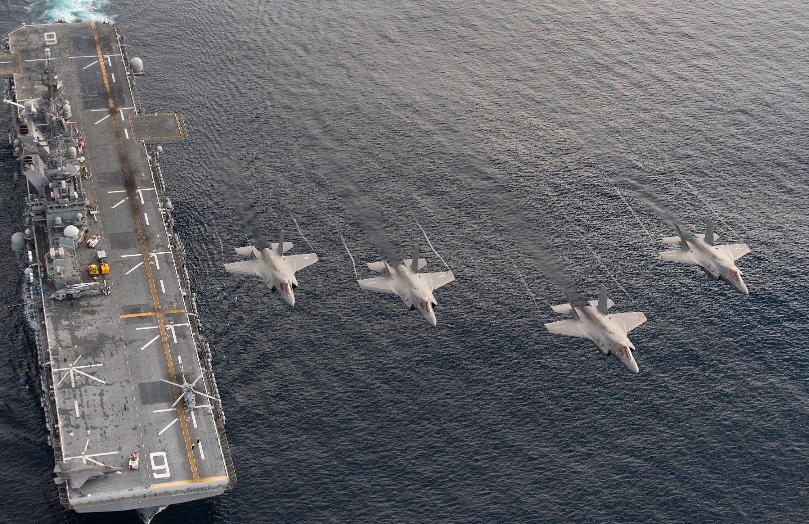 Четыре стелс-истребителя F-35B Lightning II над десантным кораблем USS America (LHA 6).
